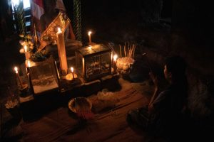 Vrouw bidden in tempel